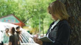 Escritor de las mujeres que traza notas a su cuaderno metrajes