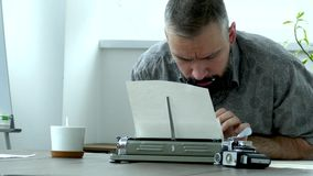 Escritor en el trabajo dentro almacen de video