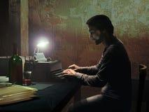 Escritor en la oscuridad Imagen de archivo libre de regalías