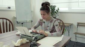 Escritor fêmea que procura a inspiração e que typiing video estoque