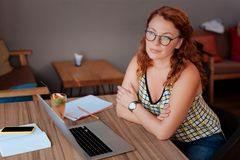 Escritor free lance que disfruta de su rotura en café Imagenes de archivo