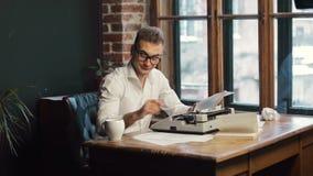 Escritor Having Coffee como mecanografiar almacen de video