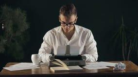 Escritor ocupado Having Coffee almacen de video