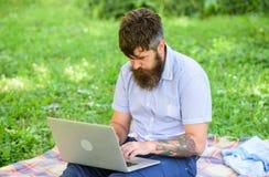Escritor que busca el ambiente de la naturaleza de la inspiración Inspiración para bloguear Buscar la inspiración Hombre barbudo  fotografía de archivo