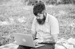 Escritor que busca el ambiente de la naturaleza de la inspiración Inspiración para bloguear Buscar la inspiración Hombre barbudo  imagen de archivo libre de regalías