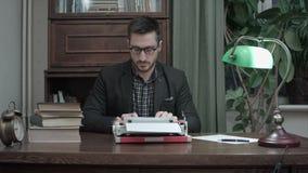 Escritor satisfecho en los vidrios que acaban mecanografiando otro capítulo de su libro metrajes