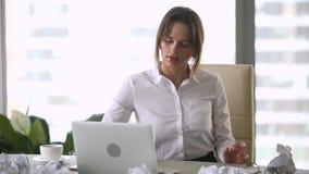 Escritor subrayado de la empresaria que lanza el documento arrugado sobre el ordenador portátil pegado almacen de metraje de vídeo