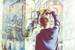 Escritor urbano del adolescente del patinador Foto de archivo libre de regalías