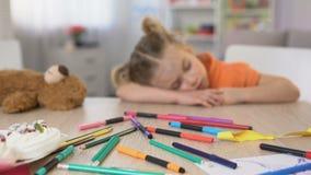 Escritorio agotado el dormir del preescolar, clase que agujerea, educación de la escuela primaria almacen de metraje de vídeo