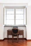 Escritorio antiguo con la silla Imagen de archivo libre de regalías