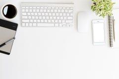 Escritorio blanco del espacio de trabajo en el top Fotos de archivo libres de regalías