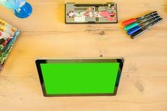 Escritorio con el equipo para la escuela y la tableta para una mejor educación Fotografía de archivo libre de regalías