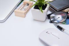 Escritorio con el escritorio de oficina de las herramientas y del cuaderno, tabla del escritorio de oficina Foto de archivo