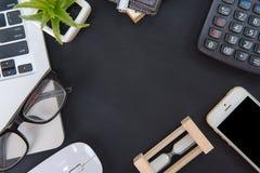 Escritorio con el escritorio de oficina de las herramientas y del cuaderno, tabla del escritorio de oficina Fotografía de archivo