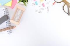 Escritorio con el escritorio de oficina de las herramientas y del cuaderno, tabla del escritorio de oficina Foto de archivo libre de regalías