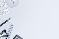 Escritorio con el escritorio de oficina de las herramientas y del cuaderno, tabla del escritorio de oficina Imagen de archivo