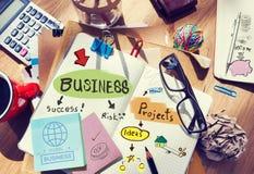 Escritorio con las notas sobre negocio y proyectos foto de archivo libre de regalías