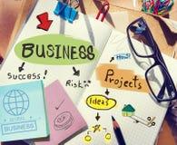 Escritorio con las notas sobre negocio y proyectos imagen de archivo libre de regalías