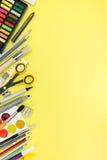 Escritorio con los accesorios inmóviles y de la oficina coloridos para Imagenes de archivo