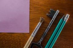 Escritorio con los materiales de oficina Imagen de archivo