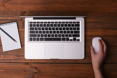 Escritorio con un ordenador portátil, un cuaderno con un lápiz Imagen de archivo