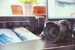 Escritorio con una cámara de DSLR Fotos de archivo