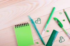 Escritorio creativo de la escuela con efectos de escritorio verdes Imagen de archivo libre de regalías