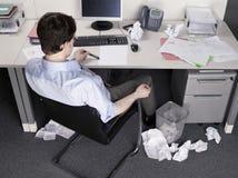 Escritorio de Brainstorming At Office del hombre de negocios Fotos de archivo libres de regalías