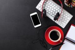 Escritorio de cuero de la oficina con la taza de la PC, del smartphone y de café Fotografía de archivo libre de regalías