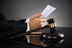Escritorio de Holding Document At del juez Imagenes de archivo