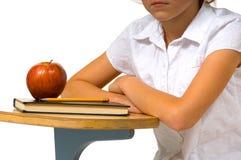 Escritorio de la escuela con la manzana Imágenes de archivo libres de regalías
