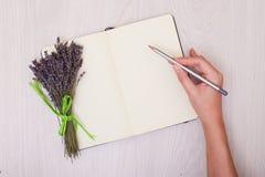 Escritorio de la lavanda en mofa de la opinión superior del fondo para arriba Abra el sketchbook Cuaderno Fotografía de archivo libre de regalías