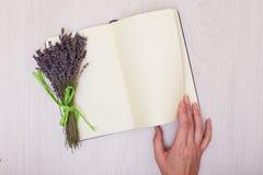 Escritorio de la lavanda en mofa de la opinión superior del fondo para arriba Abra el sketchbook Cuaderno Fotos de archivo
