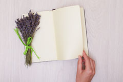 Escritorio de la lavanda en mofa de la opinión superior del fondo para arriba Abra el sketchbook Cuaderno Fotografía de archivo