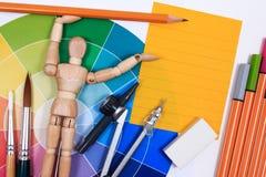 Escritorio de la tabla de la oficina con el sistema de las herramientas para el trabajo de arte creativo Imagen de archivo