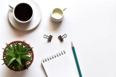 Escritorio de la tabla de la visi?n superior en oficina con el espacio de la copia, nuevas notas del negocio de las ideas del con foto de archivo
