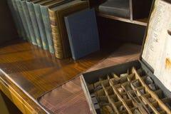 Escritorio de la tapa de rodillo con los libros de la colección de la gema fotografía de archivo