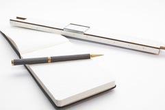 Escritorio de la vendimia con las notas de la regla y del bloque de diapositiva Imágenes de archivo libres de regalías