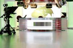 Escritorio de las noticias en un estudio de la televisión Foto de archivo libre de regalías