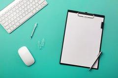 Escritorio de los doctores con la tableta, la pluma, el teclado, la jeringuilla y las ampollas imágenes de archivo libres de regalías