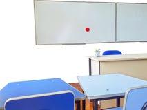 Escritorio de los profesores y tablero blanco en sala de clase Imagenes de archivo