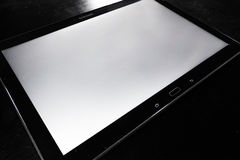 Escritorio de madera corporativo elegante negro de Android de la pantalla blanca en blanco de la tableta Fotos de archivo