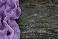 Escritorio de madera gris viejo con la materia textil púrpura hermosa Fondo Imagen de archivo