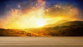 Escritorio de madera o piso de madera en la hermosa vista del fondo de la montaña uso para el presente o mofa encima de su produc Fotografía de archivo libre de regalías