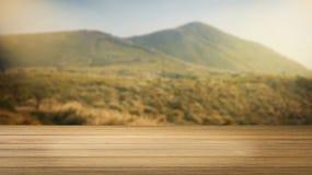 Escritorio de madera o piso de madera en la hermosa vista del fondo de la montaña uso para el presente o mofa encima de su produc Fotos de archivo
