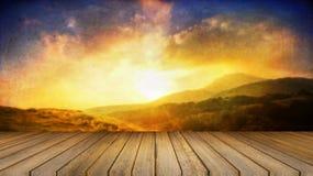 Escritorio de madera o piso de madera en la hermosa vista del fondo de la montaña uso para el presente o mofa encima de su produc Foto de archivo libre de regalías
