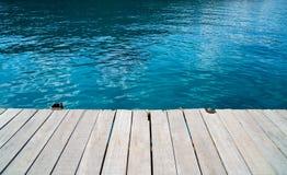 Escritorio de madera vacío y fondo azul del mar del verano Espacio en blanco para el texto y las imágenes foto de archivo