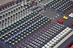 Escritorio de mezcla para DJ y la disposición de la música Foto de archivo