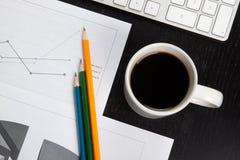 Escritorio de oficina con café Fotos de archivo libres de regalías