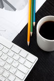 Escritorio de oficina con café Imágenes de archivo libres de regalías